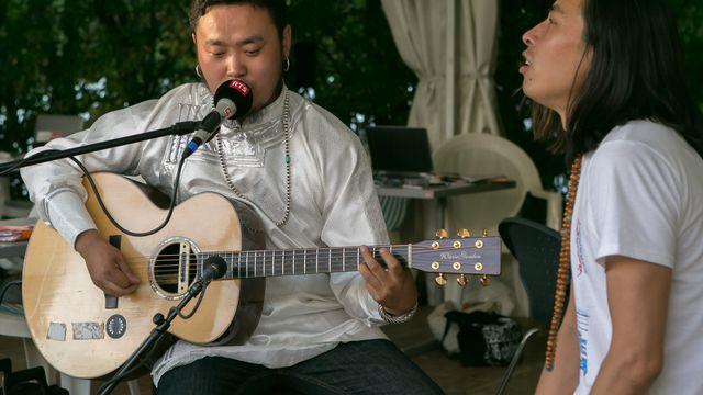 Originaire de Mongolie-Intérieure, Tulegur Gangzi joue en direct pour les auditeurs. [Jérôme Genet - RTS]