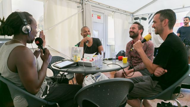 Les Français d'EZ3kiel ont manifesté leur affection pour Couleur 3. Et même sans pantalon le temps de les sécher pendant l'interview. [Jérôme Genet - RTS]