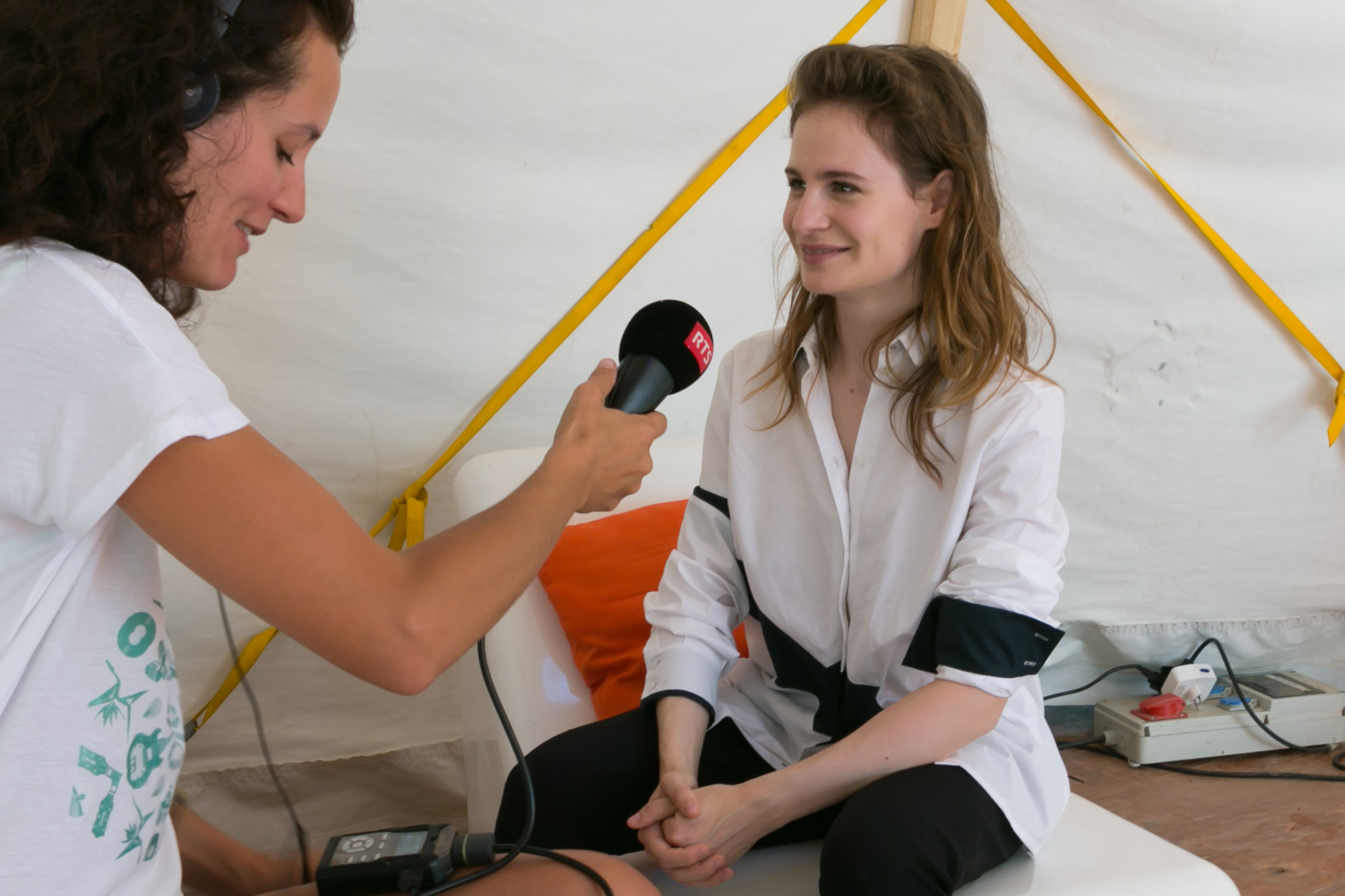 "Pauline Seiterle avec Christine and The Queens pour ""Les Reflets"" d'Option Musique."