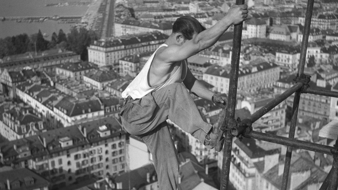 Ouvrier sur la tour de la cathédrale, 1949, Genève. PDL Musée national suisse [PDL - Musée national suisse]