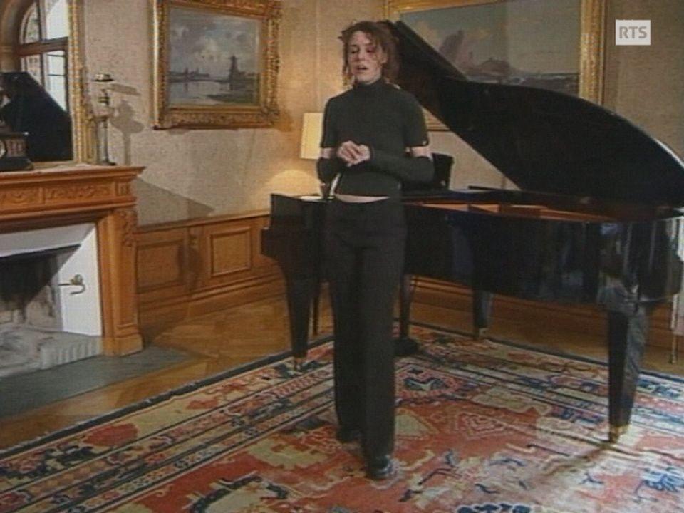 Laurence Revey chante en patois valaisan en 2000. [RTS]