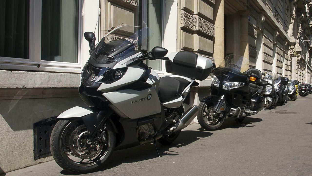 """Le guide indique que parquer un scooter ou une moto sur un trottoir est """"toléré"""" s'il reste un passage d'au moins 1,5 mètre. [Nathan Alliard - Photononstop/AFP]"""