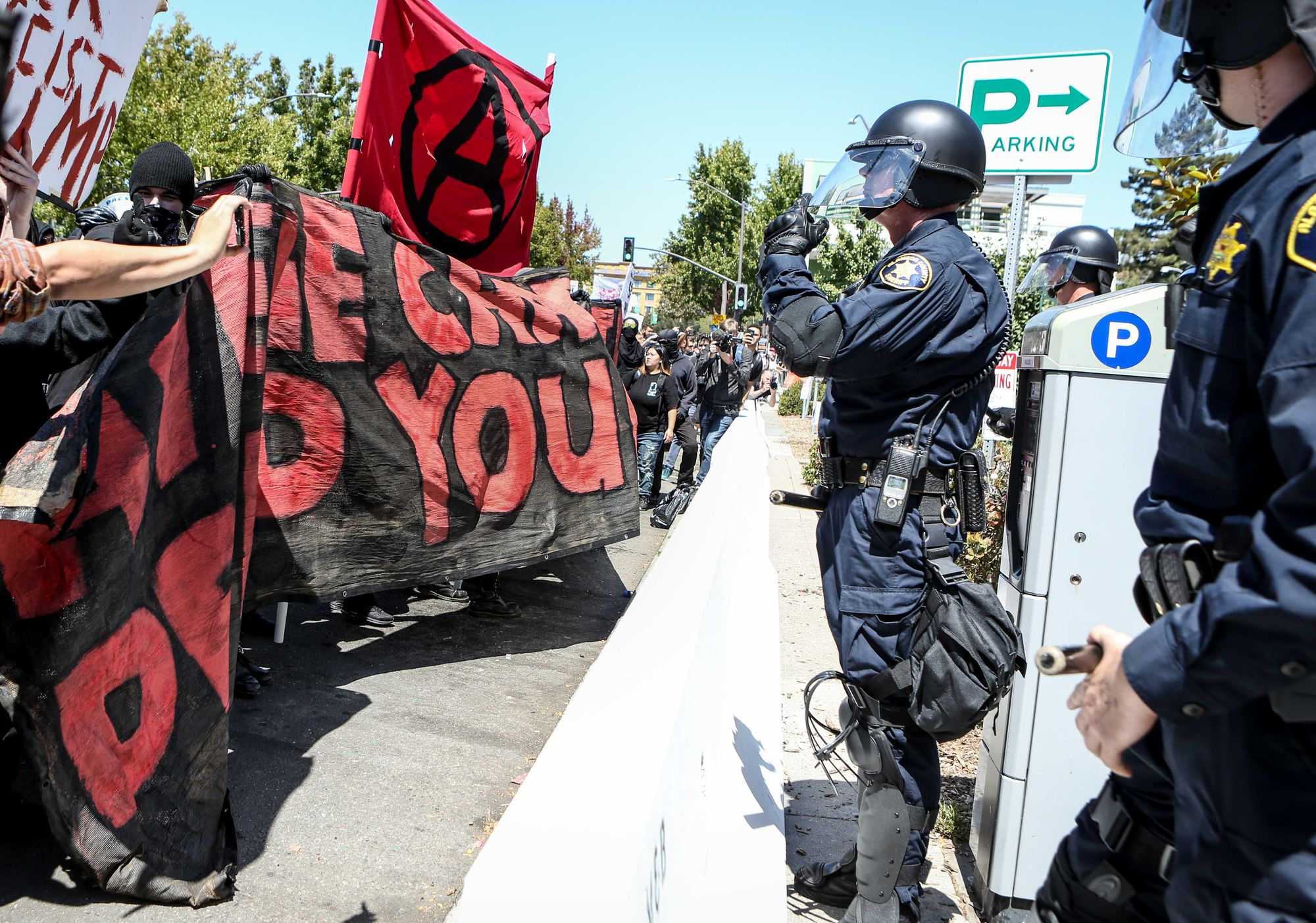 Les forces de l'ordre face aux manifestants antifascistes et cotnre-manifestants à Berkeley, en Californie.