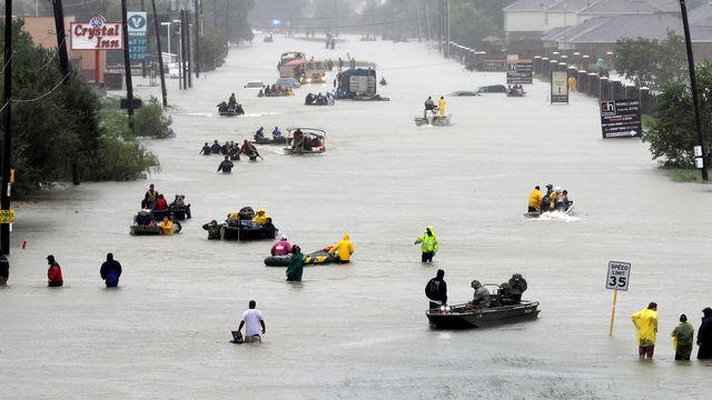 Des résidents de Houston évacués après les inondations causées par l'ouragan Harvey. [David J. Phillip - AP Photo]