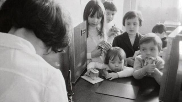 Enfants au guichet d'une banque, 1970. [RTS]