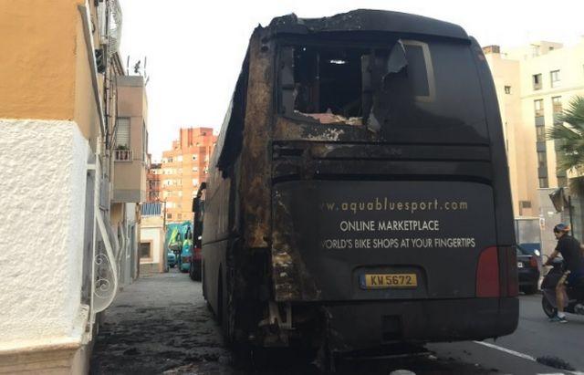 Le feu a complêtement détruit le bus de l'équipe Aqua Blue. [Twitter - Aqua Blue]