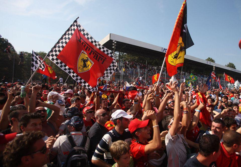 """Les """"tifosi"""" répondent toujours présent lorsqu'il s'agit de supporter la Scuderia Ferrari. [Luca Bruno - Keystone]"""