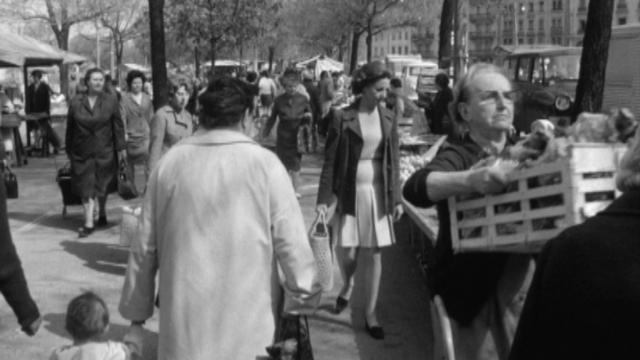 Ambiance au marché de Plainpalais en 1968. [RTS]