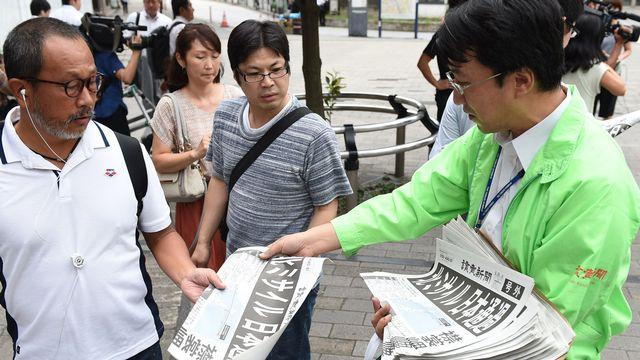 Edition spéciale d'un journal sud-coréen distribuée dans la rue après le survol du Japon par un missile nord-coréen. [Masanori Inagawaki - Yomiuri/AFP]