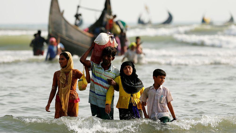 Des réfugiés rohingyas rejoignent le rivage à Teknaf, au Bangladesh, après avoir fui la Birmanie via la mer (5 septembre 2017).
