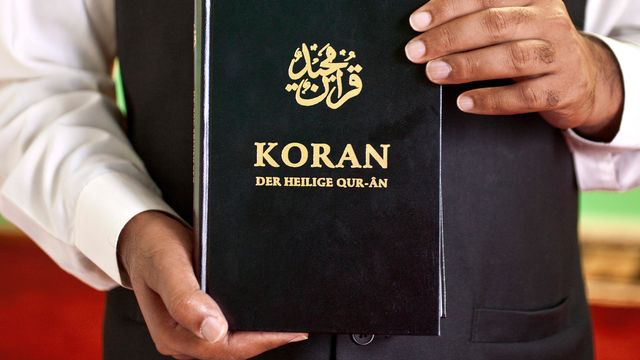 Une édition allemande du Coran présentée dans une mosquée de Zurich. [Alessandro Della Bella - Keystone]