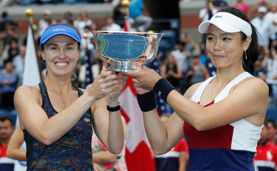 Martina Hingis et Yung-Jan Chan soulèvent le trophée. [John G. Mabanglo - Keystone]