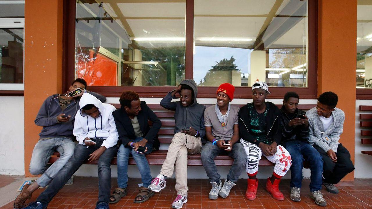 De jeunes migrants arrivés dans un centre d'accueil en France. [Guillaume Horcajuelo - EPA/Keystone]