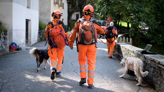 Les équipe de secours et de recherche arrivent à Bondo, le 25 août 2017, suite à l'éboulement. [Gian Ehrenzeller - Keystone]