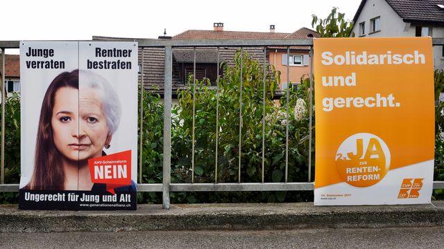 Une affiche en faveur et une autre contre la Prévoyance 2020. [Walter Bieri - Keystone]