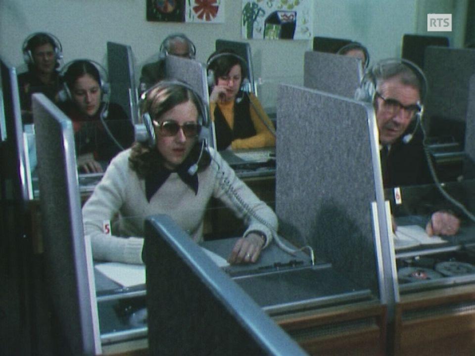 Labo de langues de l'école à Fribourg en 1975. [RTS]