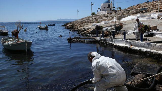 La pollution au mazout gagne le Pirée, en Grèce. [Orestis Panagiotou - EPA/Keystone]