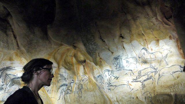 Sarah Dirren devant la réplique d'une oeuvre de la grotte Chauvet. Annette Klaiber RTS [Annette Klaiber - RTS]