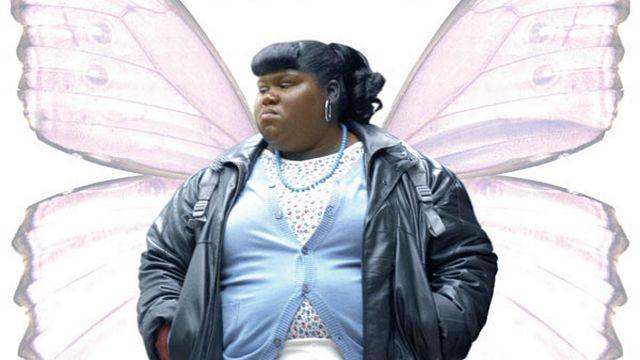 Precious, drame de Lee Daniels (2009). Nous sommes à Harlem. Precious a 16 ans. Obèse et analphabète, elle est battue par sa mère. Violée par son père, qui lui transmet de plus le sida, elle tombe enceinte de son deuxième enfant. Grâce à une institutrice, elle va apprendre à lire, à écrire, et à voir le monde d'un oeil nouveau. Primé aux Oscars (meilleure actrice dans un second rôle pour Mo'Nique et meilleur scénario adapté), aux BAFTA (meilleure actrice dans un second rôle), à Deauville (prix du jury) et à Sundance (grand prix du jury et prix du public), le film a été acclamé par la critique et le public à sa sortie. [© ARP Sélection  ]