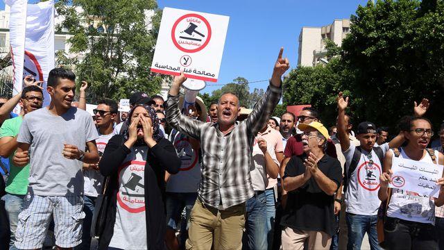 Des personnes ont manifesté mercredi contre la loi d'amnistie de fonctionnaires impliqués impliqués dans la corruption. [Zoubeir Souissi - Reuters]