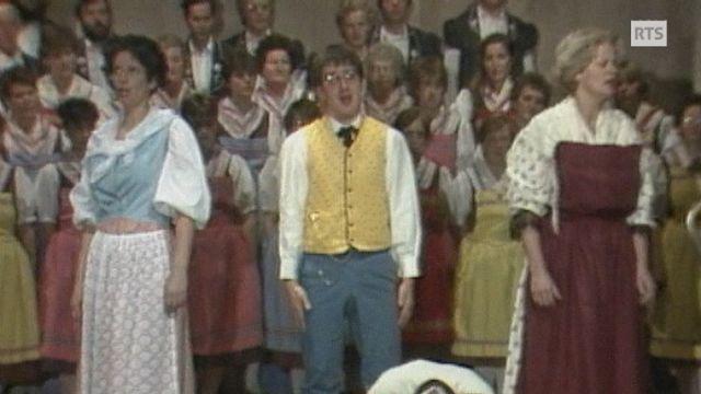 Opéra populaire en patois fribourgeois à Treyvaux en 1985. [RTS]