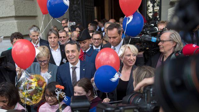Le nouveau conseiller fédéral Ignazio Cassis acclamé à sa sortie du Palais fédéral.  [Marcel Bieri - Keystone]