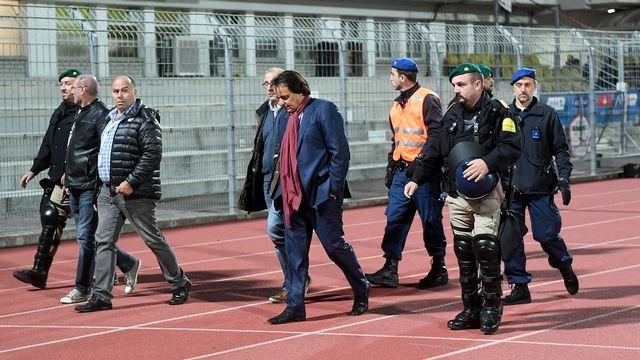 Christian Constantin est escorté par la police après l'incident avec Rolf Fringer. [Samuel Golay - Keystone]