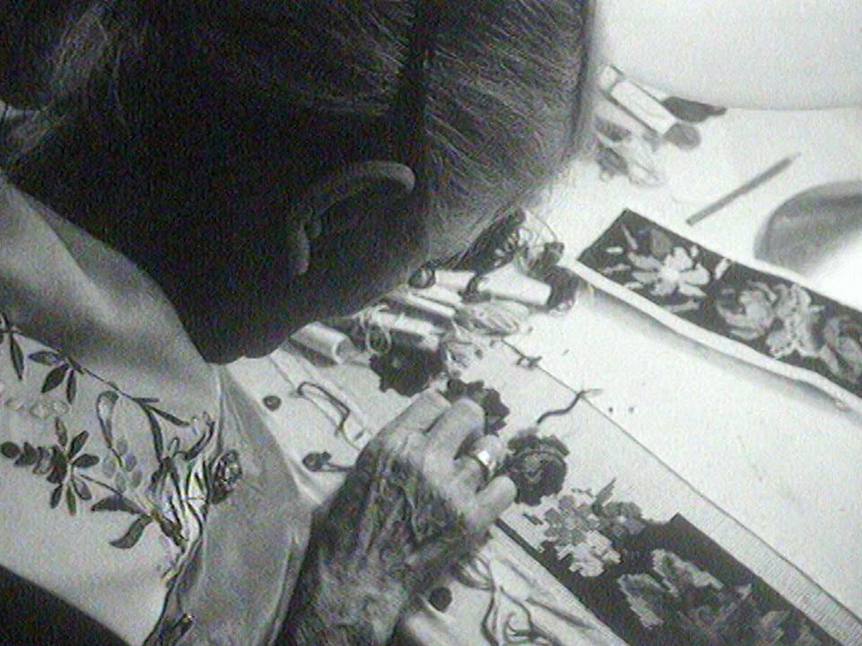 Femme brodant un ceinture d'armailli en 1968. [RTS]