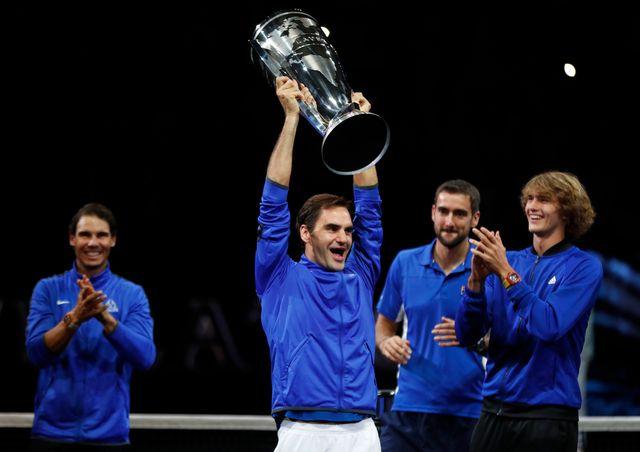 Federer soulève le premier trophée de la Laver Cup de l'histoire. [David Josek - Keystone]