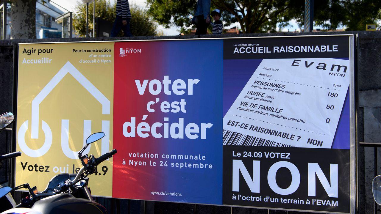 Affiche pour la votation du 24 septembre 2017 à Nyon sur la construction d'un centre de requérants d'asile. [Keystone]