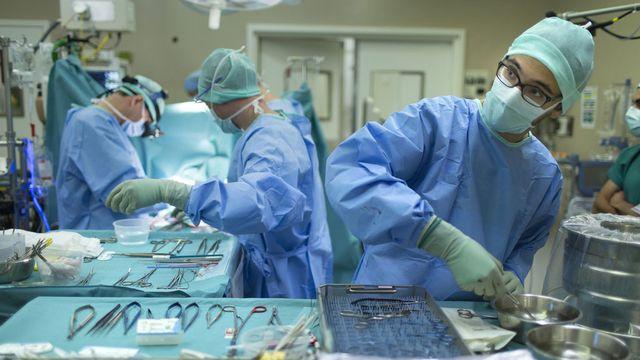 Une opération au CHUV de Lausanne en 2013 (image prétexte). [Gaëtan Bally - Keystone]
