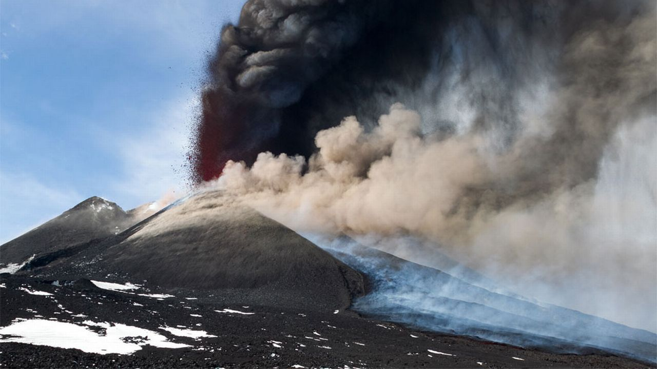L'Etna crache sa lave et ses cendres. AM Design Fotolia [AM Design - Fotolia]