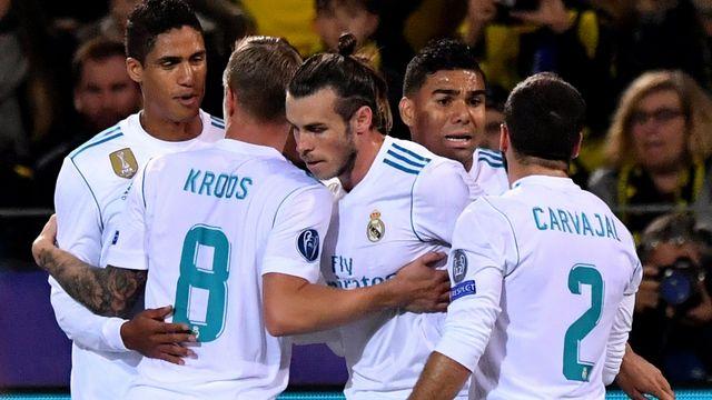 Gareth Bale, grand artisan de la victoire, félicité par ses coéquipiers. [Michael Probst - Keystone]