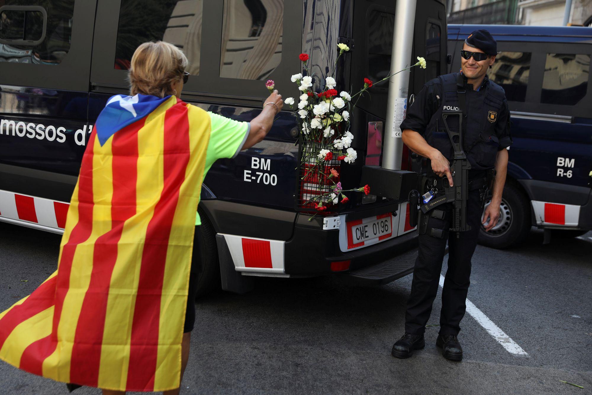Craintes de la police catalane apr s la fermeture forc e des bureaux de vote monde - Fermeture bureau de vote ...
