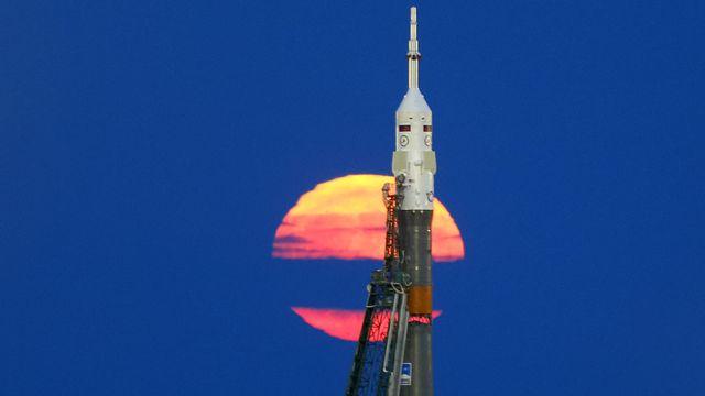"""La """"Super Lune"""" apparaît derrière un Soyuz MS-03 prêt à décoller de Baïkonour (au Kazakhstan) pour la station spatiale ISS, en novembre 2016. [Shamil Zhumatov  - REUTERS]"""