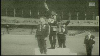 Tommie Smith et John Carlos sur le podium du 200 mètres des jeux olympiques de 1968 à Mexico [RTS]