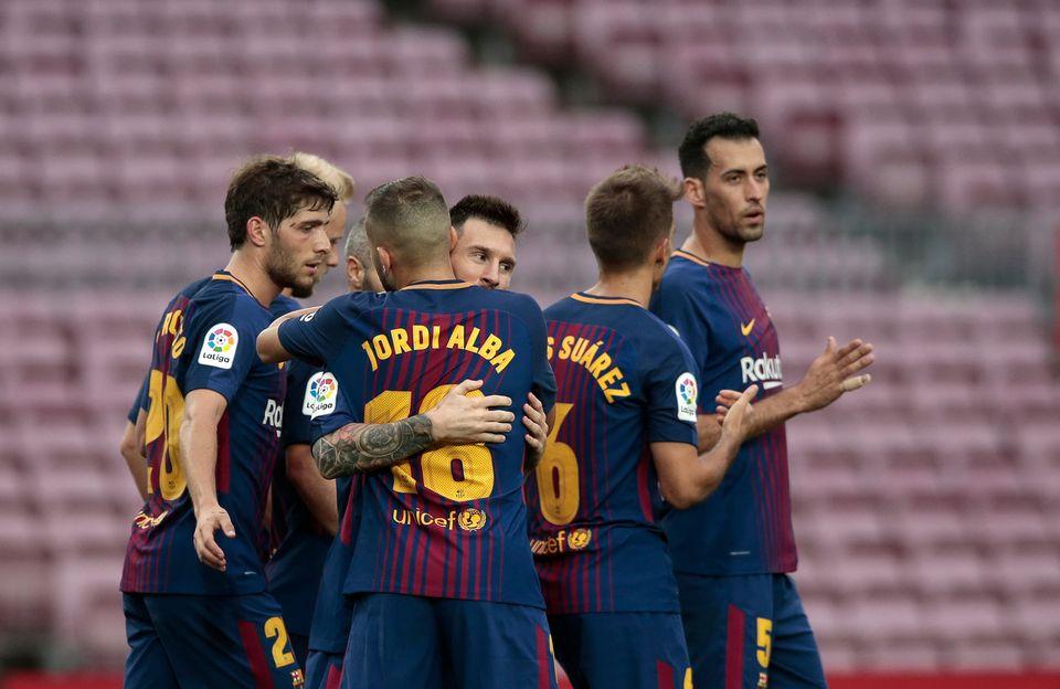 Les Barcelonais célébrent le 2e but de leur équipe dans un stade vide. [Manu Fernandez - Keystone]