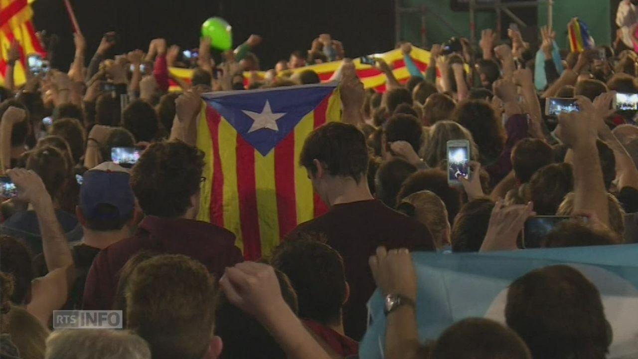 """Les Catalans indépendantistes fêtent le """"oui"""" au référendum [RTS]"""