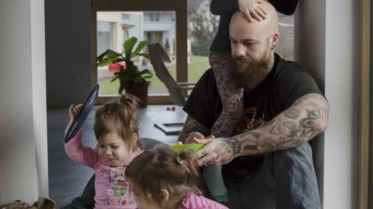 """L'exposition """"Papas en Suisse"""" expose des photographies du quotidien prises avec 13 pères qui consacrent tout ou une partie de leur temps à l'éducation de leurs enfants. (Image de l'exposition) [Johan Bävman  - Männer.ch]"""