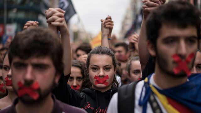 Des manifestants défilent pour l'indépendance lundi à Barcelone.  [Felipe Dana - Keystone]