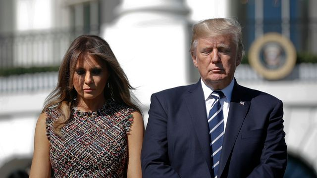 Donald Trump et sa femme Melania ont observé une minute de silence en mémoire des victimes de Las Vegas lundi à Washington. [Pablo Martinez Monsivais - AP Photo/Keystone]
