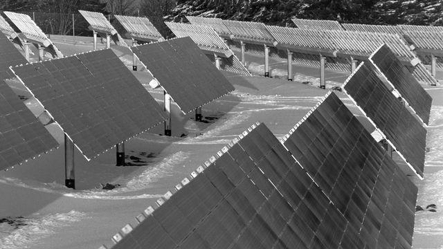 La centrale solaire de Mont-Soleil en 1992 dans le Jura Bernois. [Keystone]