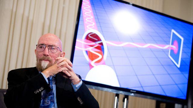 Kip Thorne, l'un des trois scientifiques récompensés par le Nobel de physique 2017, présente les ondes gravitationnelles durant une conférence. [Andrew Harnik - AP/Keystone]