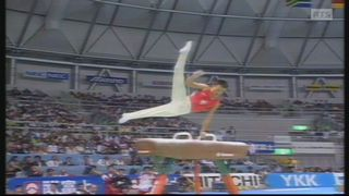Donghua Li au cheval d'arçons lors des Championnats du monde de Sabae 1995. [RTS]