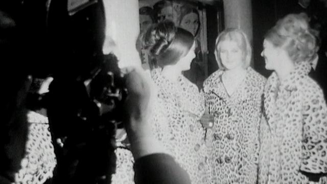 """Des manteaux de circonstance pour la première du film de Visconti """"Le guépard"""", au Plaza de Genève en 1963. [RTS]"""