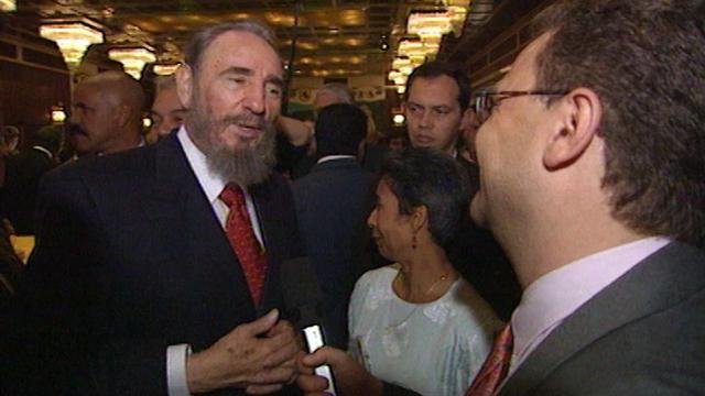Le dirigeant cubain Fidel Castro au micro d'Abraham Zisyadis en 1998. [RTS]