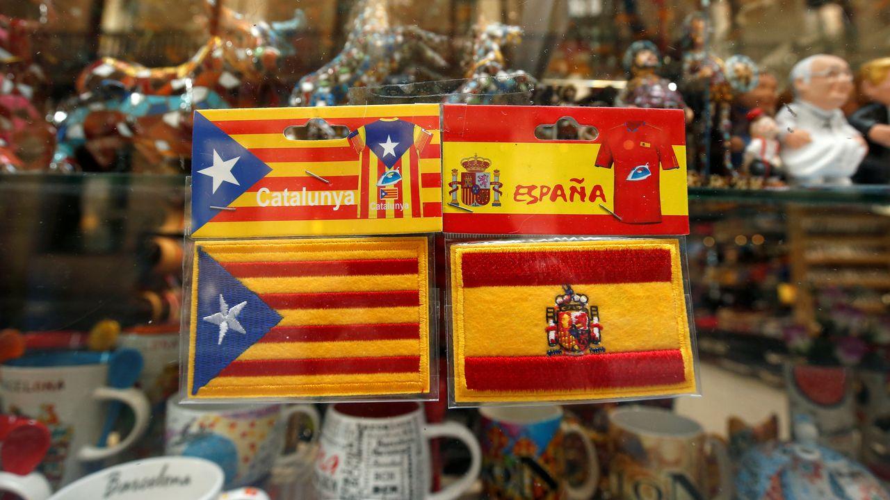 Des drapeaux catalans et espagnols. [Albert Gea - Reuters]