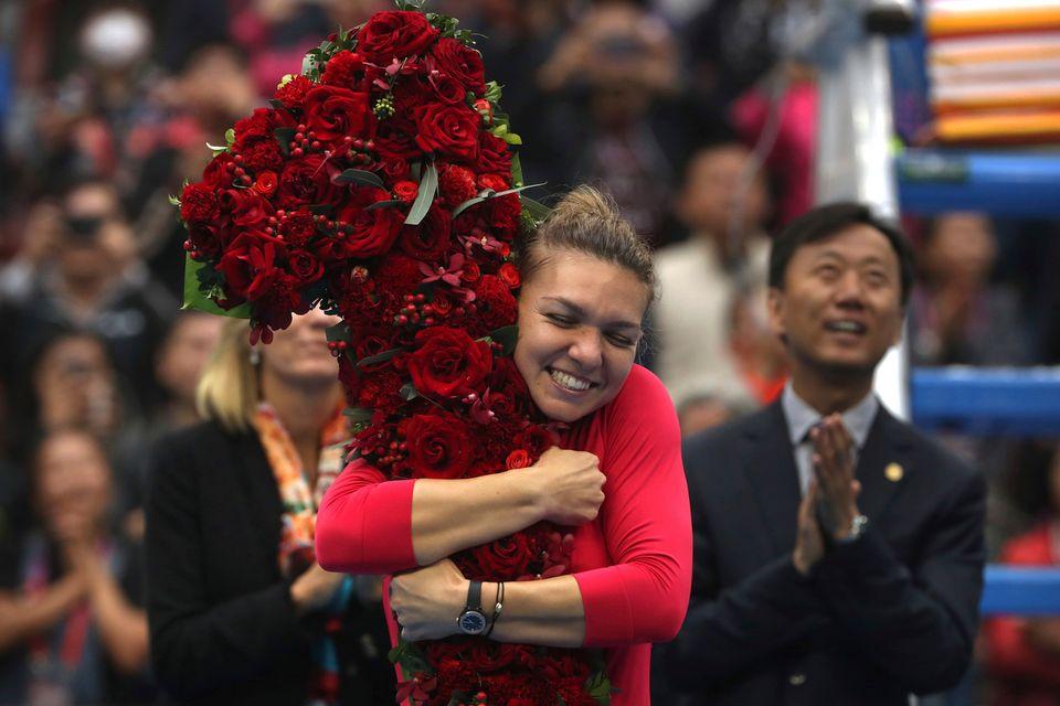 Un bouquet de fleurs en forme de no1 pour la Roumaine. [Mark Schiefelbein - Keystone]