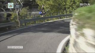 Laurens De Plus (BEL) passe par-dessus les barrières de sécurité et chute dans un ravin [RTS]