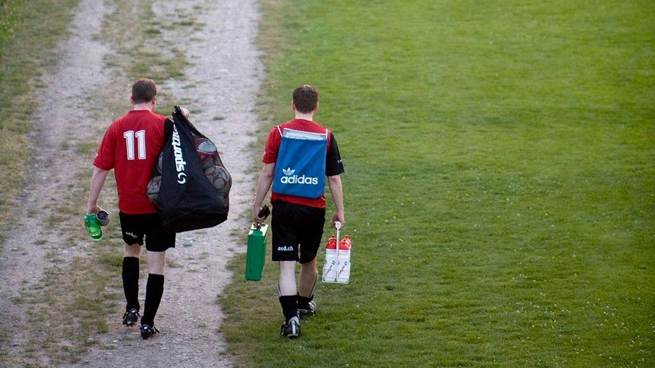Deux joueurs de foot amateur aux abords d'un terrain à Zurich le 26 juin 2008. [Alessandro Della Bella - Keystone]